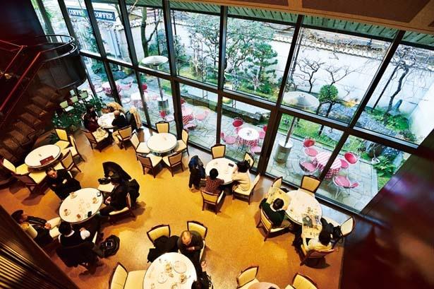 一面のガラス窓から中庭が見渡すことができ、開放的な雰囲気/イノダコーヒ 本店