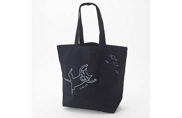 トートバッグには黒バージョンも。カラスぼんが魚に喜んでいるお茶目な表情と動きをデザインした