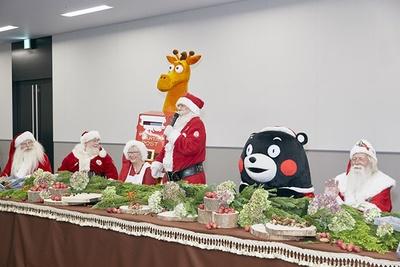 熊本市を訪れ、「サンタクロース国際会議」に参加したサンタクロース