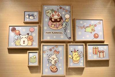 高田馬場戸山口ショップの店内にはパーティーを楽しむポケモンたちのイラストも