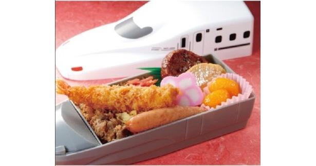 遠足気分を盛り上げる! 博多駅・小倉駅では、インパクト大な「九州新幹線さくら弁当」(1150円)が販売される