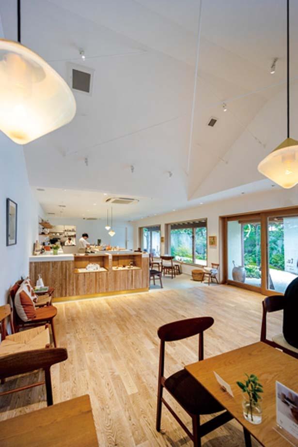 白を基調にしつつ、明るく木の温かみを感じられる店内/tubara cafe