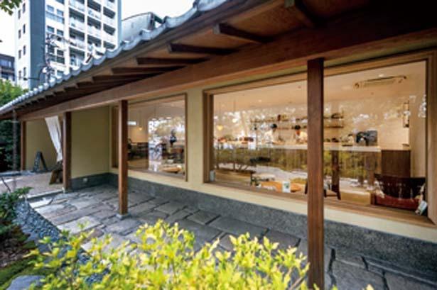 手入れの行き届いた日本庭園を通り抜けて店内へ/tubara cafe