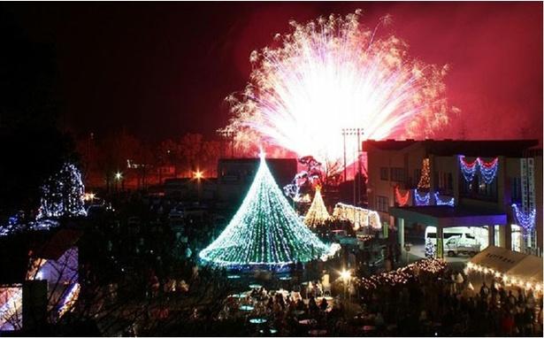 国富町役場 / クリスマスイベントでは花火とイルミが同時に