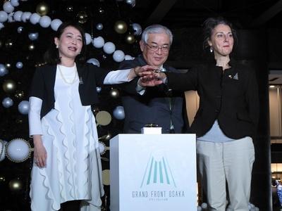 点灯式に登壇した長谷川氏、岩田研一氏、クレール・ギスレン氏