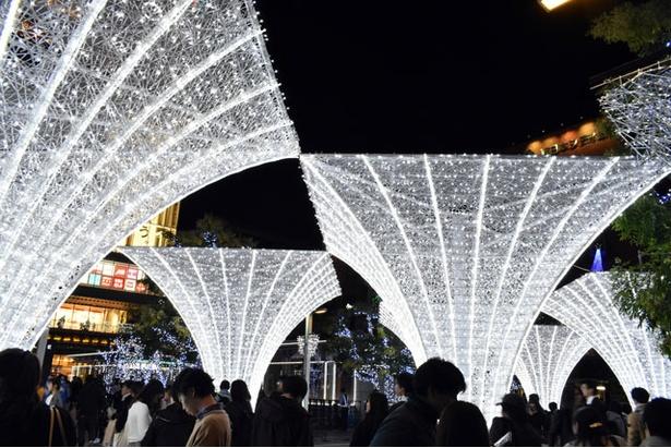 光のオブジェが博多駅を照らす
