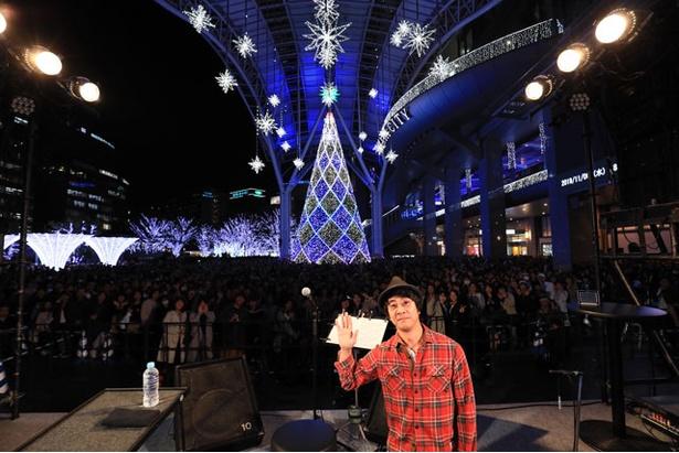 会場に集まったファンのみなさんと記念撮影をする山崎まさよし