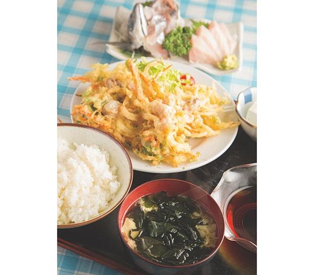 「はまぐりのかき揚げ定食」(1500円※単品1300円)と「お刺身」(800円)