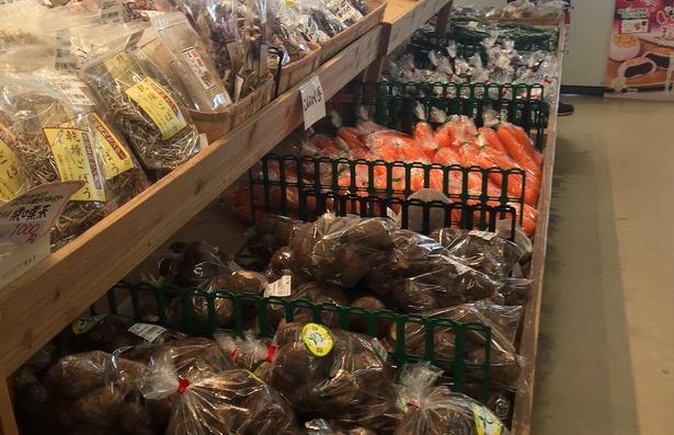 店内にはその日に収穫された新鮮野菜がズラリ