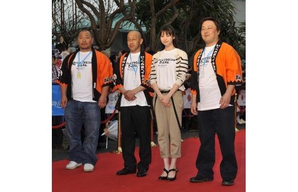 地域発信型映画『ホルモン女』(岡山県津山市)主演の山下リオと地域代表の3人