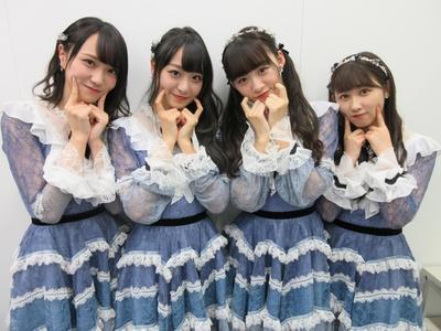 【写真を見る】笑顔はじける「=LOVE」のメンバー。左から野口衣織・瀧脇笙古・音嶋莉沙・山本杏奈
