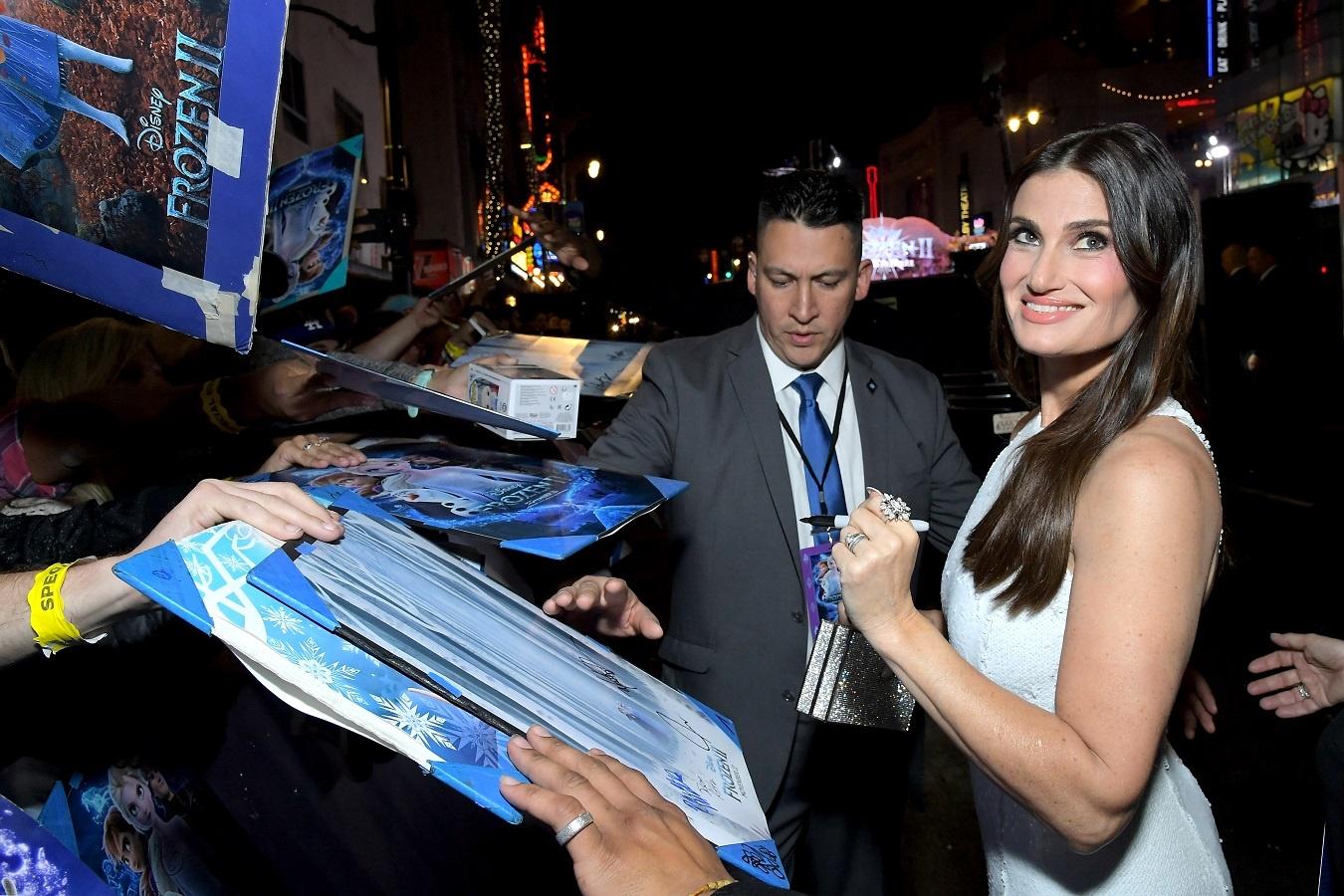 集まったファンにサインをするエルサ役のイディナ・メンゼル