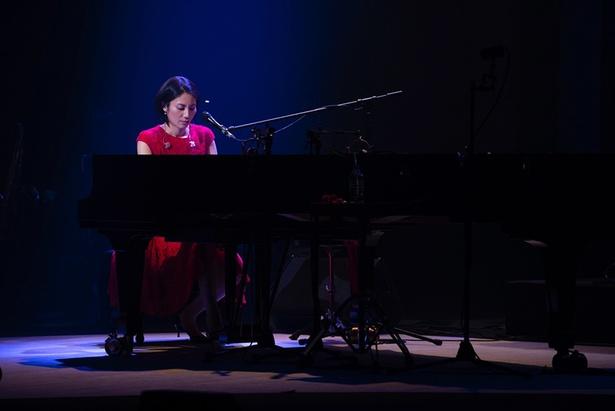 【写真】ピアノを弾く松下奈緒、過去のライブの様子