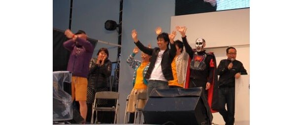 【画像】熱唱するエハラや麒麟・川島のパラパラ漫画に感極まって涙ぐむ森三中・黒沢などライブの模様はコチラ!
