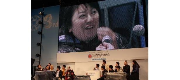麒麟・川島のパラパラ漫画に涙ぐむ森三中・黒沢のアップがスクリーンに映し出されると会場から笑い声が