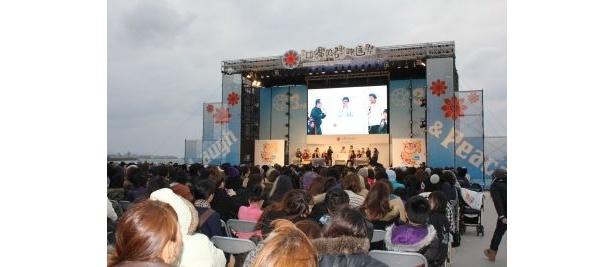 寒い中、たくさんの観客が詰め掛けた