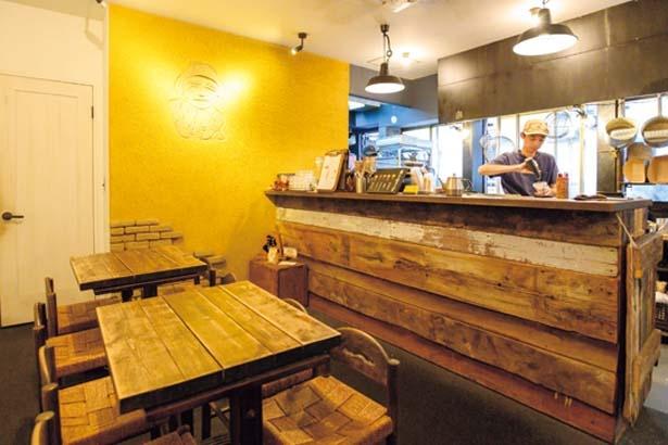 こぢんまりとした本店は温かみのある焼きイモカラーの壁がひと際目をひく/蜜香屋 中崎町本店