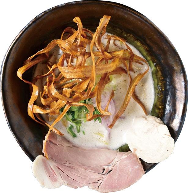鶏Soba(880円)。クリーミースープの上で香ばしい揚げゴボウが躍る/鶏Soba 座銀