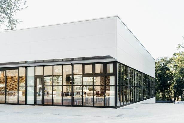 白い外壁と、一面を覆うガラス窓が開放的な雰囲気のピーナッツカフェ