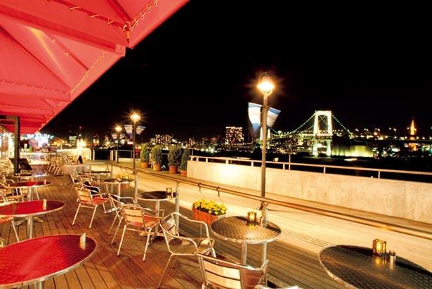 レストランのテラス席からは美しい夜景が望める