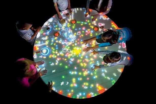 【画像】チームラボの最旬アート空間で幻想体験 「小人が住まうテーブル」で小人と遊ぶ子供たち