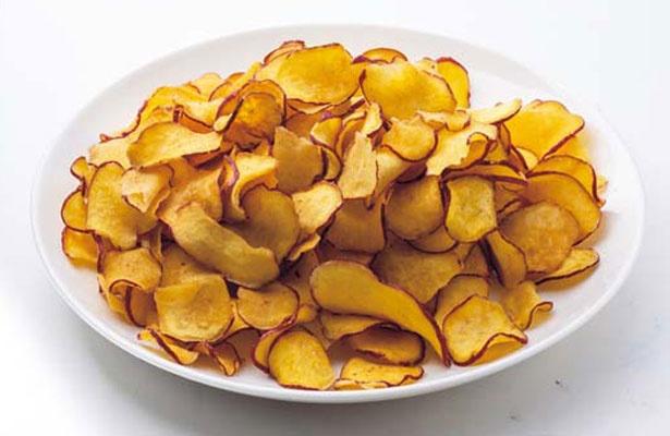 芋チップ(250円)。サツマイモをそのまま輪切りにして揚げた見た目が特徴的。薄さもちょうどいい/らぽっぽ ファーム 大阪ミナミ店