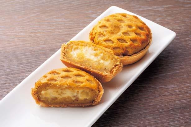 窯出しポテト アップルパイ(1個350円)。人気のポテトアップルパイのミニサイズ。国産ふじりんご入りカスタードクリームがたっぷり/らぽっぽ ファーム 大阪ミナミ店