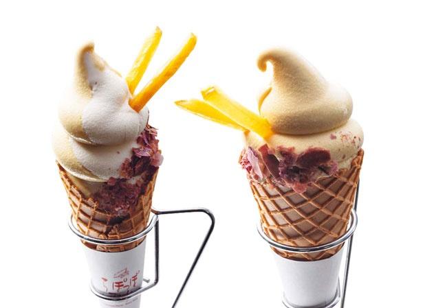濃厚おいもソフトクリーム ミックス(左)、おいも(右)。各450円。ぽてっとした見た目がかわいい。紫芋フレークとイモけんぴをトッピング/らぽっぽ ファーム 大阪ミナミ店