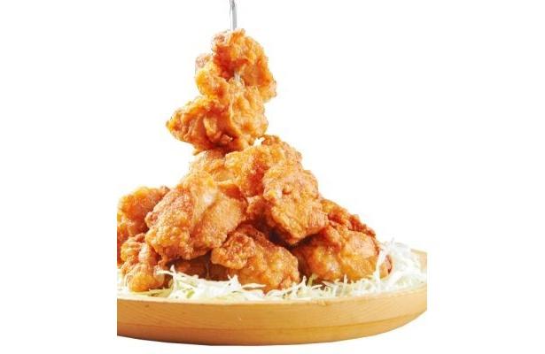 """「デカ盛り居酒屋 メガ盛り屋」(北海道・札幌市)の「札幌ザンギ塔」は鶏肉を1kgも使用した""""メガ盛り料理"""""""