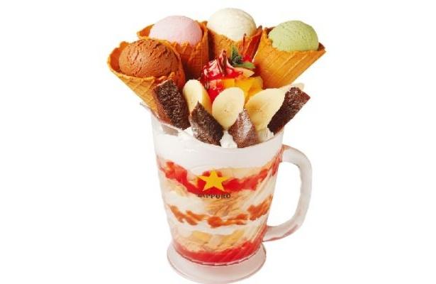 アイスを大量に使用した「ファイターズ グルメ アリオ札幌店」(北海道・札幌市)の「アメリカンBIGパフェ」!