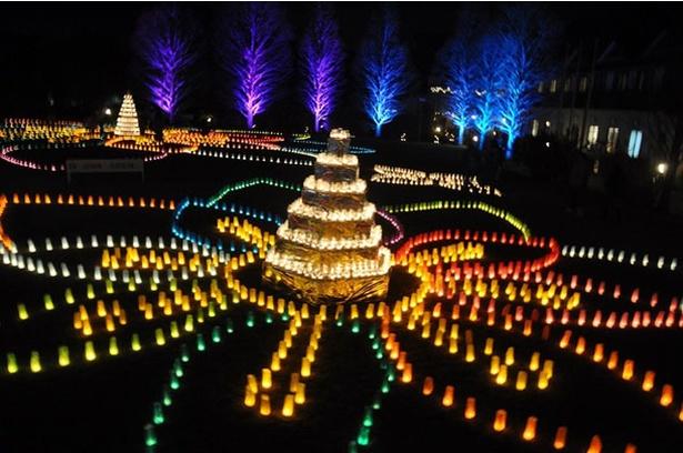 【写真を見る】5000個のキャンドルが広大な芝生を照らす / グローバルアリーナ