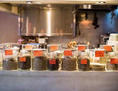 IENA COFFEE 警固店 / 焙煎前の生豆がカウンターにずらりと並ぶ。ブレンド、シングルオリジン共に焙煎度を指定できるが、基本、豆ごとにおすすめの焙煎度を設定している