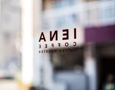 IENA COFFEE 警固店 / 屋号のIENAはパリや東ドイツの地区名が由来。「洗練された街のイメージから名付けました」と品川さん