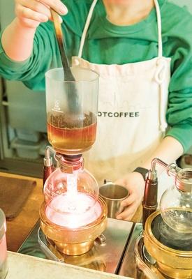 SHIROUZU COFFEE ROASTER 警固店 / 理科の実験のような抽出過程が楽しいサイフォンコーヒー