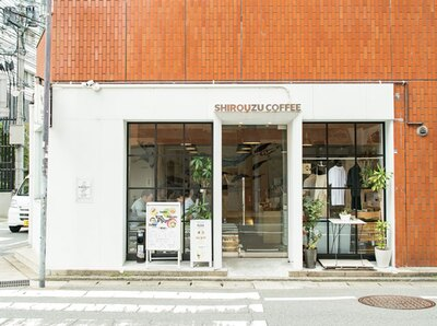 SHIROUZU COFFEE ROASTER 警固店 / 窓が大きく、街の風景が絵画のようにも見える