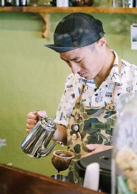 MOMENT COFFEE / 「美美」のネルドリッパーを使用。千葉さんは調理師学校出身で、「プリン」(400円・税込)などスイーツも定評がある