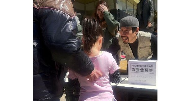 「olinas錦糸町」(東京都墨田区)にて震災への義援金を呼びかける、戦場カメラマンの渡部陽一さん