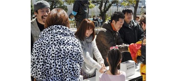渡部陽一さんも山本梓さんも、固い握手をかわしていた
