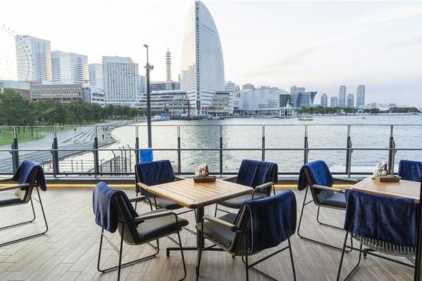 2階のテラス席からパシフィコ横浜方面を一望できる「QUAYS pacific grill」