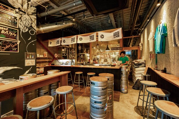 カウンター席から醸造タンクが見える/Kyoto Beer Lab