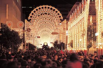1995年開催の第1回目の様子。テーマは「夢と光」。初めて見る光の回廊の出現に、訪れた誰もが息を飲んだ