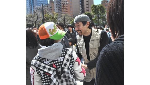 3月21日からの3日間、岩手県などの被災地を取材してきたという渡部陽一さんは、当初の予定を大幅に延長して募金活動を呼びかけ、1人1人と握手しながら思いを分かち合っていた