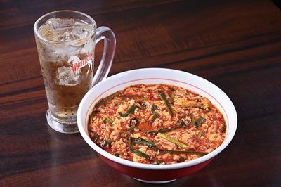 注文時にぼんぼんめん、中華麺、うどん、ご飯の4種からチョイス。「辛麺」(780円)※写真は5段(830円) / めん処 ぼんぼんめん
