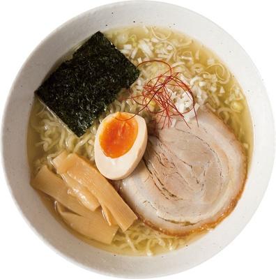 鶏ガラで取った透きとおるスープは、あっさりながらもコクを存分に感じられる。「天草大王塩ラーメン」(780円) / マルイチ食堂