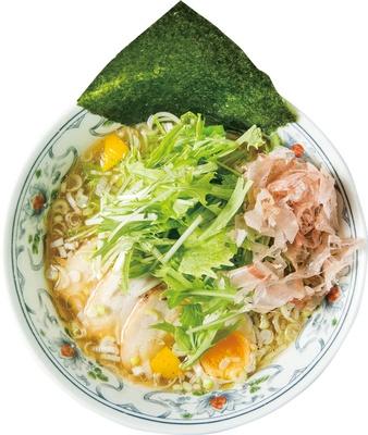 イワシをメインに5種の煮干しを使うスープは、時間をかけて煮込み、旨味を抽出。「煮干しラーメン」(850円) / にぼらや 酒場通り店