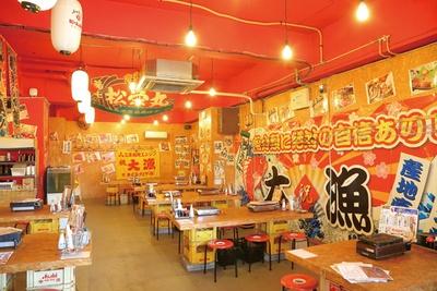 大漁旗が飾られたにぎやかな店内 / 鮮魚浜焼きセンター なご八 日比野店
