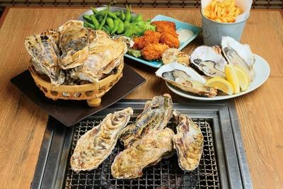 食べ放題の焼きガキに生ガキ1個、カキフライ、枝豆、ポテトフライ、アオサ汁、ご飯が付く。写真は宮城県産のちちこい牡蠣 / あんごさく 名古屋駅店
