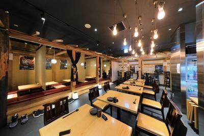 テーブル、座敷、カウンターなど多彩な席を完備。昼時は大変にぎわうので、予約しておくのが確実 / 三喰撰酒 三重人 KITTE名古屋店