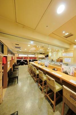 【写真を見る】職人の技が見られる広いカウンター席を中心とした店内。座敷席などもあり、宴会にも対応 / ふらり寿司 名駅本店