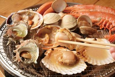 サザエや大アサリ、ホタテ、ハマグリ、赤エビなどの魚介を好きなだけ焼いて味わえる / 名古屋みなと漁港